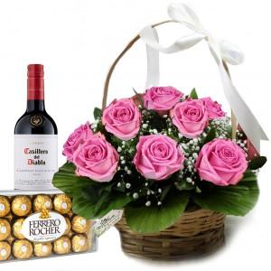 Cesta Dia dos Namorados: Rosas cor de rosa com Vinho e Bombons