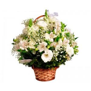 Cesta de flores nobres brancas e folhagens