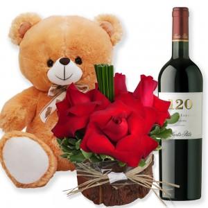 Arranjo Rustico de Rosas, Vinho e Pelúcia