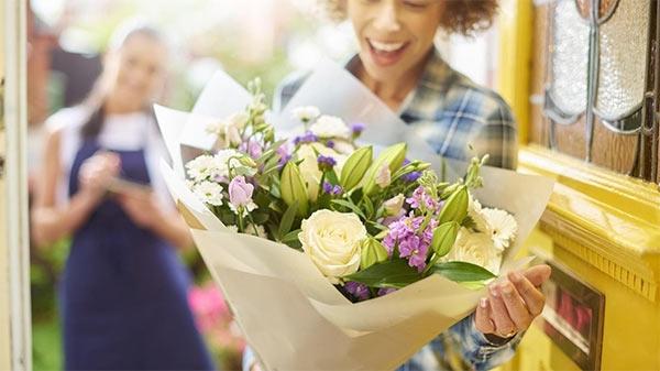 Como montar arranjos de flores para decorar e presentear